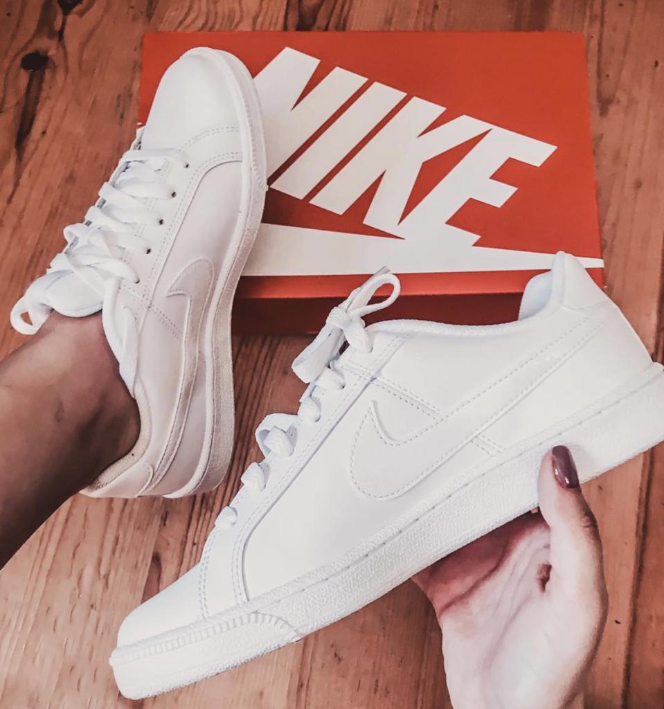 Ténis da Nike brancos simples para combinar com vestidos