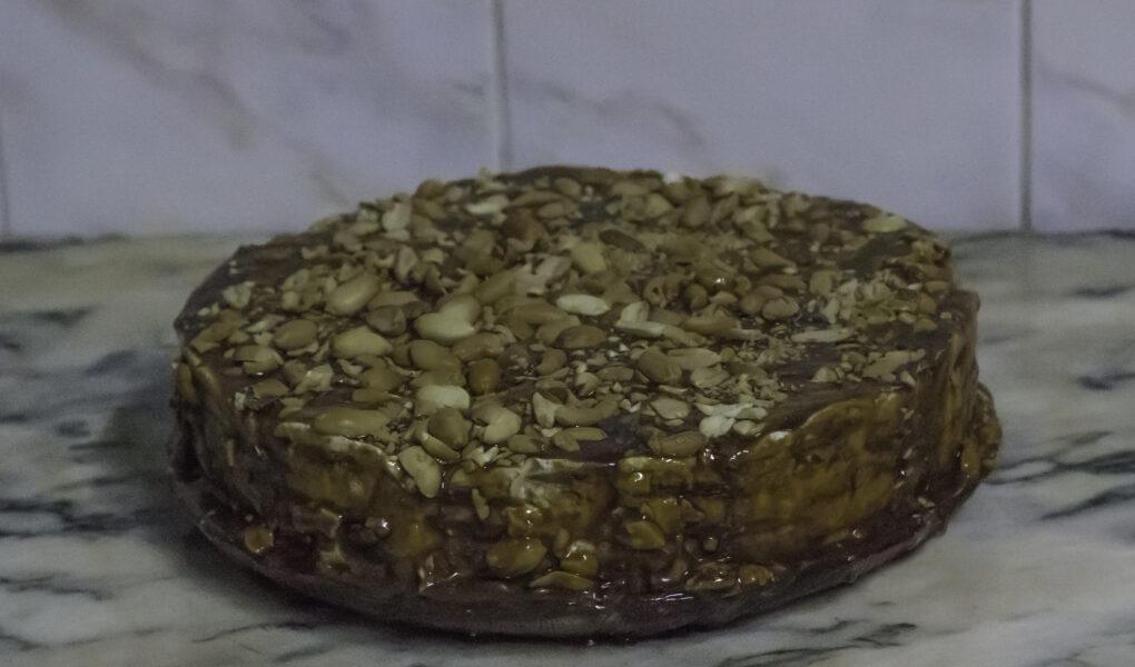 Bolo de Bolacha com cobertura de caramelo e amendoim